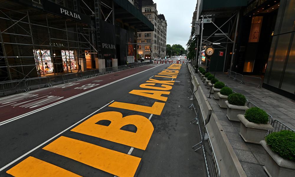 """""""Ekelhaft"""": Bürgermeister von New York stellt Dutzende Polizisten zum Schutz von BLM-Schriftzug ab"""