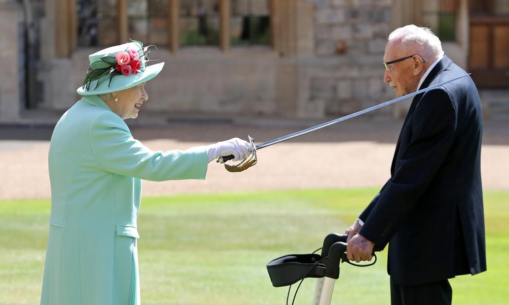 Queen Elizabeth II. schlägt Spendensammler Tom Moore zum Ritter