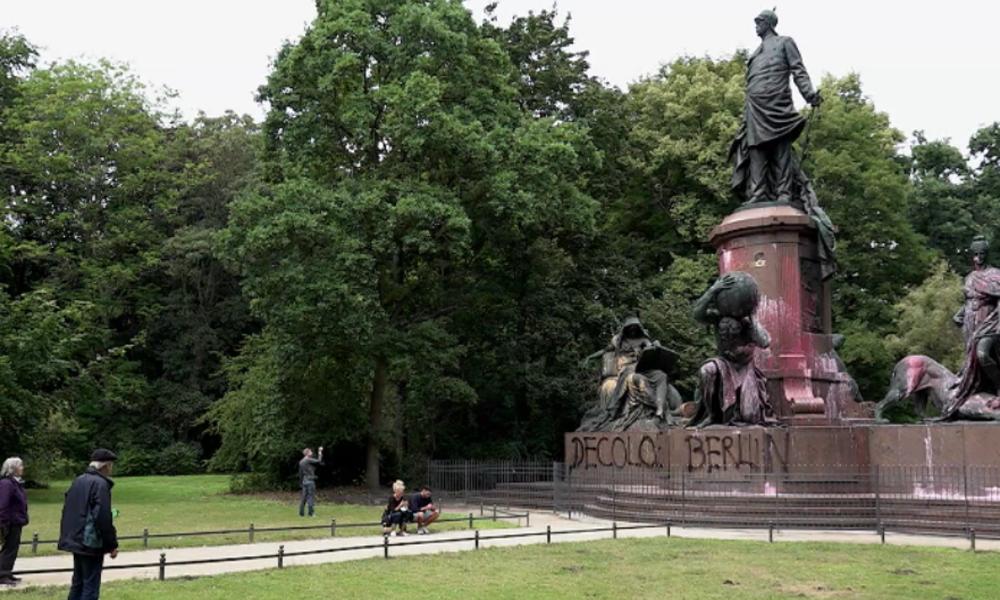 """""""Berlin entkolonialisieren"""" – Aktivisten schänden """"rassistisches"""" Bismarck-Denkmal"""