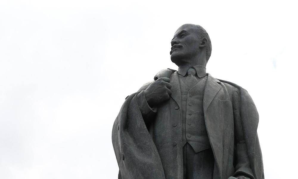 Altes Gesicht im neuen Gewand: Verwandlung eines Lenin-Denkmals in der Ukraine löst Spott aus