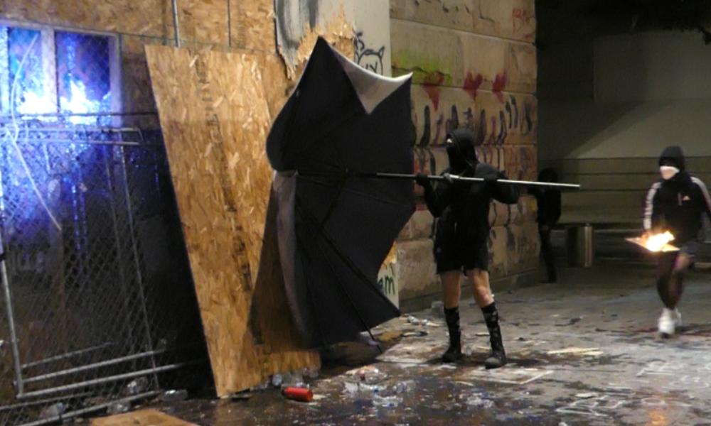 Schwere Krawalle in Portland: Protestler suchen Kampf mit Bundespolizisten