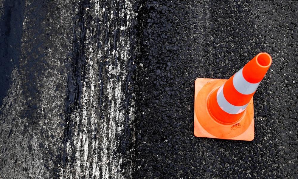 Fallgrube unter dem Asphalt: Auto versinkt in Straße in Kaliningrad