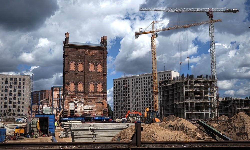 Erstmals seit über 40 Jahren: Bauarbeiter verlagern kompletten Altbau in Moskau
