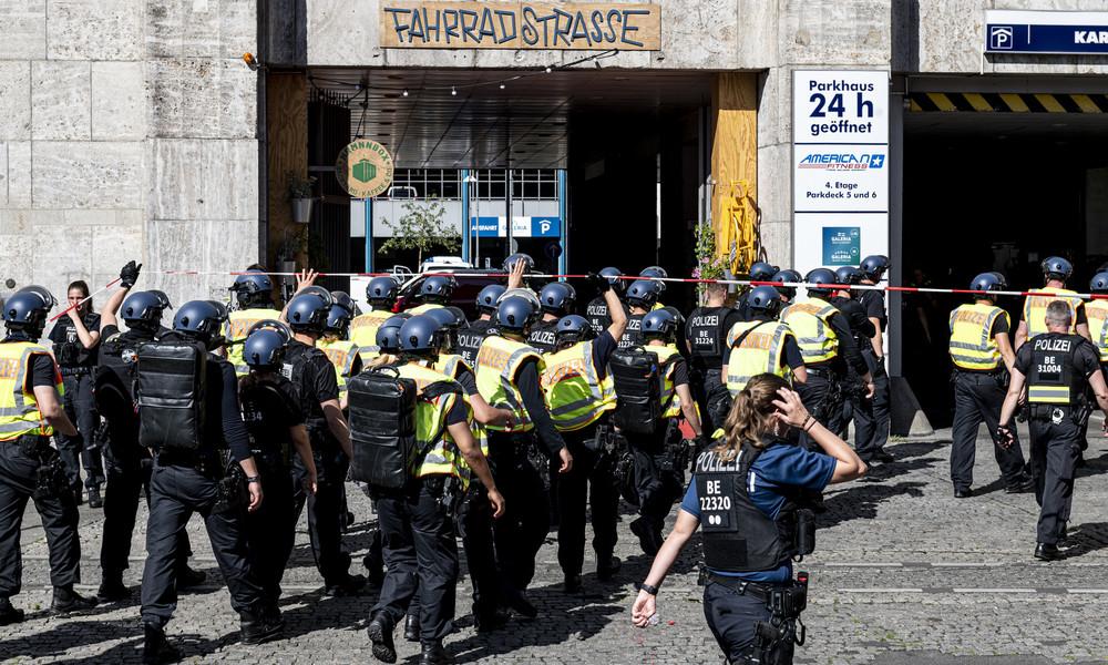 LIVE: Raubüberfall bei Karstadt in Berlin-Neukölln –  Polizei mit Großaufgebot vor Ort