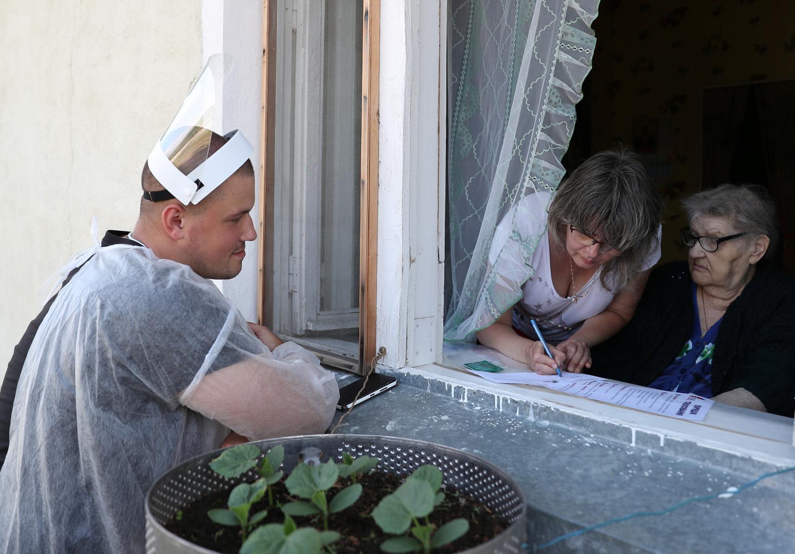 Einwohnerinnen der Siedlung Luzino im Gebiet Moskau stimmen zu Hause ab,   25. Juni 2020