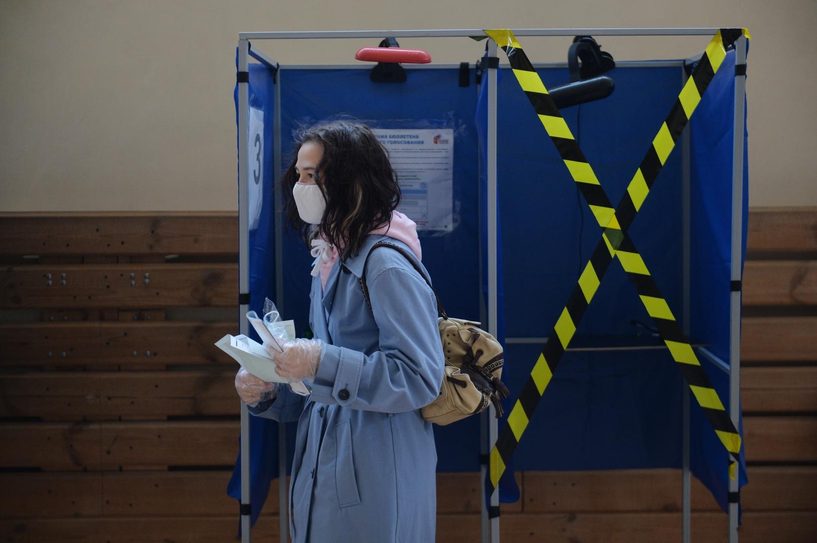 Eine Frau stimmt in einem Wahllokal in Jekaterinburg ab, 1. Juli 2020.