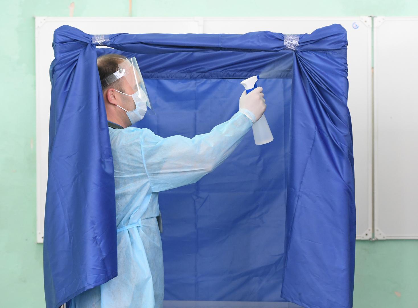 Ein Mitarbeiter eines Wahllokals in Kasan desinfiziert eine Wahlkabine vor der Abstimmung, 1. Juli 2020.