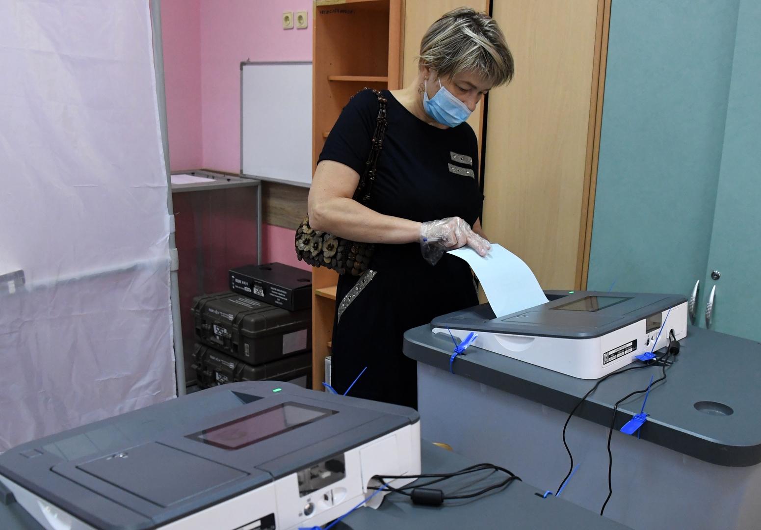 Eine Frau wirft ihren Wahlzettel in eine Wahlurne in einem Wahllokal in Wladiwostok, 1. Juli 2020.