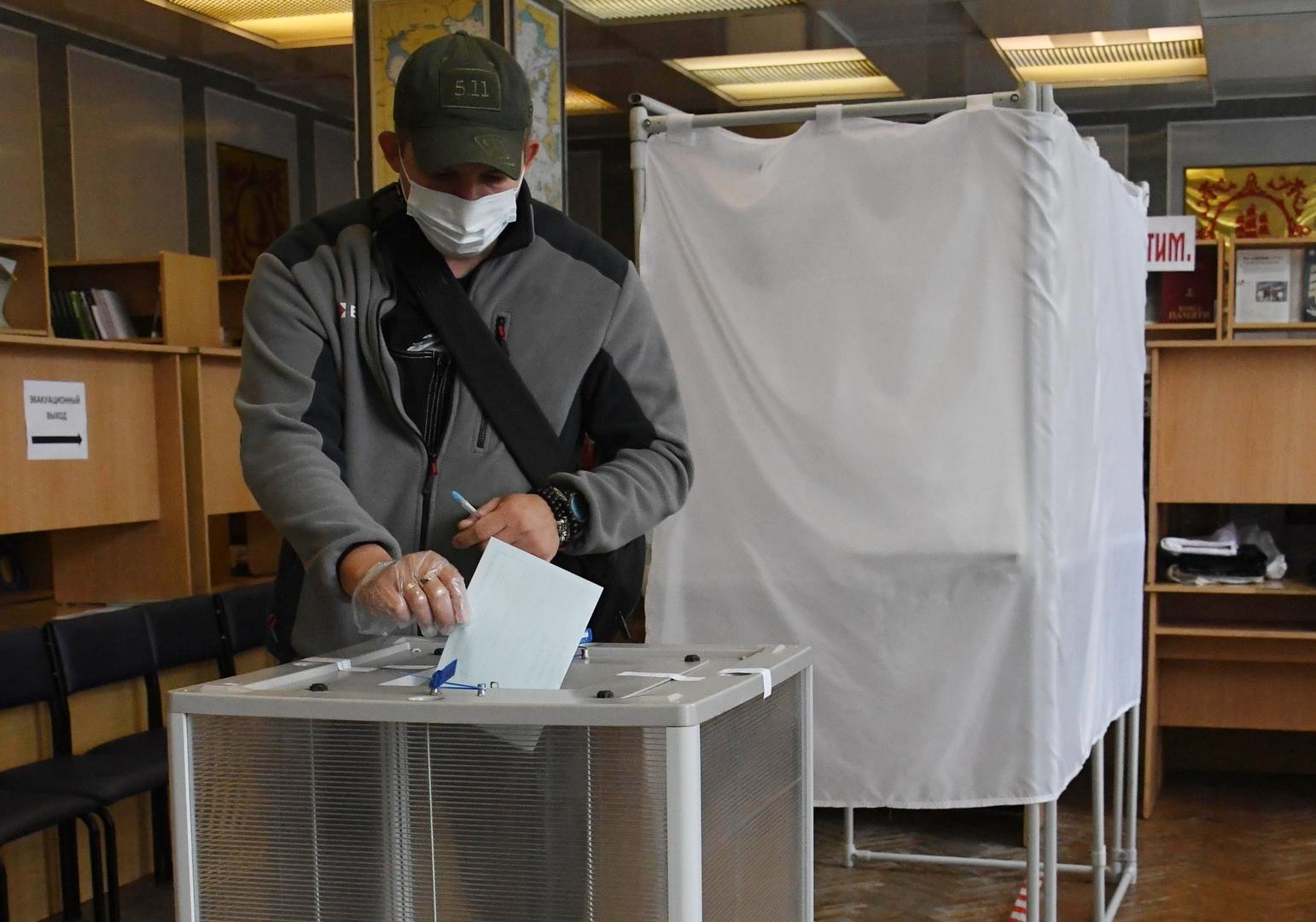 Ein Mann wirft seinen Wahlzettel in eine Wahlurne in einem Wahllokal  in Wladiwostok, 1. Juli 2020.