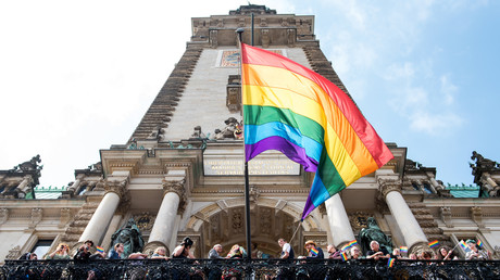 Symbolbild: Am Hamburger Rathaus weht eine Regenbogenfahne,