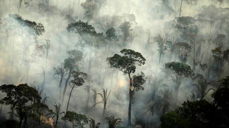 Rauchschwaden eines Feuers in einem Gebiet des Amazonas-Regenwaldes in der Nähe von Porto Velho, Bundesstaat Rondônia, Brasilien, 10. September 2019