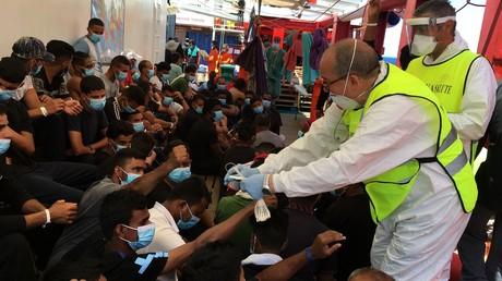 Italienische Gesundheitsmitarbeiter verteilen an Bord der