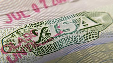 Wegen Umstieg auf Onlineseminare: Ausländische Studenten in den USA stehen vor Massendeportation (Symbolbild: Visum in Aufkleberform in einem nicht-US-Reisepass. 06. Juli 2020, Los Angeles, USA)