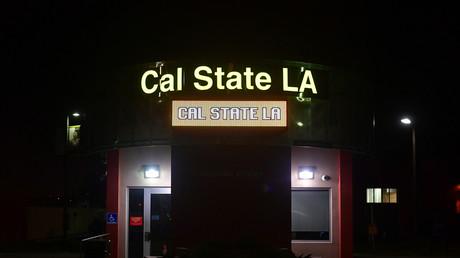 Kalifornische Universitätsgewerkschaft fordert allgemeine Segregation und Gebühren nur für Weiße (Symbolbild: Campus der California State University bei Nacht. Los Angeles, 25. April 2019)