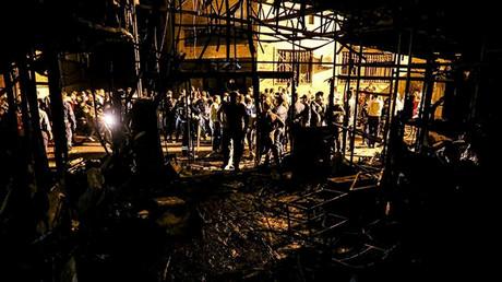 Menschen versammeln sich am Ort einer Explosion in einer Klinik im Norden der iranischen Hauptstadt Teheran, 30. Juni 2020