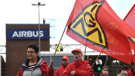 Airbus-Mitarbeiter protestieren gegen den geplanten Stellenabbau in Hamburg