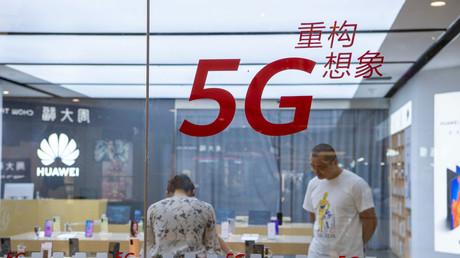 Kunden in einem von Huawei autorisierten Geschäft in Hai'an City, Provinz Jiangsu, China, 11. Juli 2020.