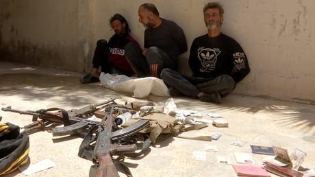 Nahe der Stadt Tadmor festgenommene Terroristen aus at-Tanf in Syrien gestehen Spionage und bestätigen Kontakt zum US-Militär. (Gefährlicher als es scheint:  Kämpfer der extremistischen Miliz Dschaisch Maghawir ath-Thawra samt mitgeführtem Arsenal, Ausweisen, Geld und Drogen. Syrien, 14. Juli 2020)