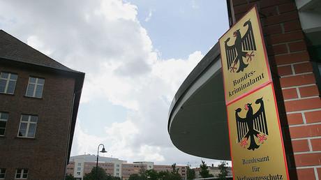 Schilder des Bundeskriminalamts und des Bundesamts für Verfassungsschutz am 8. August 2005 in Berlin. (Symbolbild)