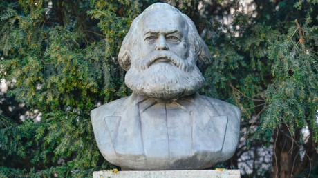 Auf der südöstlichen Fläche des Strausberger Platzes in Berlin wurde 1983 eine von Will Lammert angefertigte Büste für Karl Marx aufgestellt. Sie bildet den Bezug zur hier vorbeiführenden Karl-Marx-Allee.