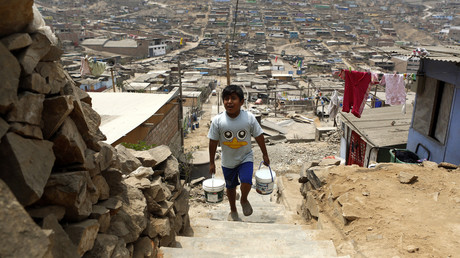 UN-Kommission prognostiziert 45 Millionen neue Arme in Lateinamerika wegen Corona-Krise. Auf dem Archivbild: Paolo Grana holt Wasser aus einem Behälter in San Juan de Miraflores, Lima, Peru, 10. März 2015