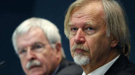 Die deutschen Ärzte und Experten des Europarates Wolfgang Wodarg (r.) und Ulrich Keil (l.) bei einer öffentlichen Anhörung über den Umgang mit der H1N1-Grippe-Pandemie (