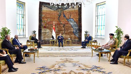 Der ägyptische Präsident Abd al-Fattah as-Sisi (Mitte) bei einem Treffen mit dem libyschen Kommandeur Chalifa Haftar und der Sprecherin des libyschen Parlaments Aguila Saleh.