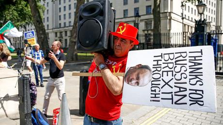 Symbolbild: Der Anti-Brexit-Aktivist Steve Bray geht während einer Demonstration in London mit antirussischen Verschwörungstheorien hausieren.