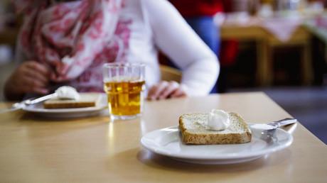 Kaum gesundes Essen, noch weniger Spiele und bei der Bildung ganz im Hintertreffen – arme Kinder im reichen Deutschland.