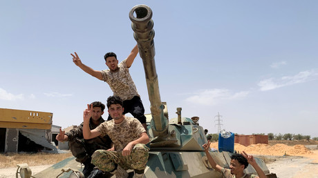 Kämpfer der international anerkannten libyschen Einheitsregierung feiern die Wiedererlangung der Kontrolle über Tripolis