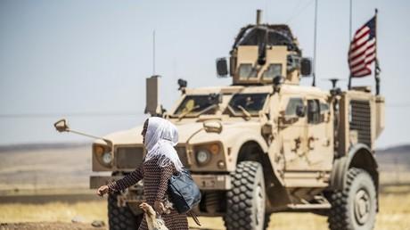 Eine Frau vor einem US-Militärfahrzeug in Syrien. (Archivbild)