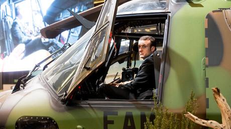 Der Präsident Emmanuel Macron im Hubschrauber.