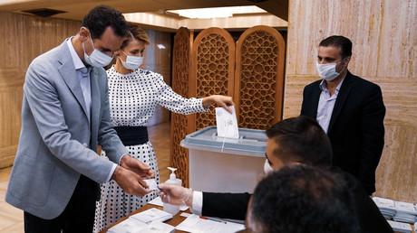 Der syrische Präsident Bashar al-Assad und seine Gattin Asma bei der Abgabe ihrer Stimmen für die syrischen Parlamentswahlen, Damaskus, 19. Juli 2020