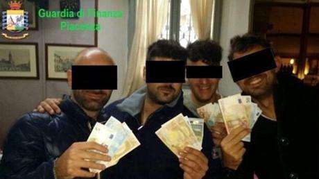 Die italienische Polizei hat sieben Carabinieri wegen des Verdachts auf Drogenschieberei, Erpressung und Folter verhaftet.