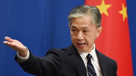 Der Sprecher des chinesischen Außenministeriums, Wang Wenbin, beantwortet eine Frage während der täglichen Informationsveranstaltung des Außenministeriums in Peking am 24. Juli 2020.