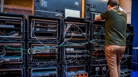 Ein Mitarbeiter richtet spezielle Server für Cybersicherheit für das 10. International Cybersecurity Forum in Lille her (Bild vom 23.01.18).