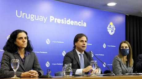 Der uruguayische Präsident Luis Lacalle Pou (m.) spricht neben Wirtschaftsministerin Azucena Arbeleche (l.) und der amtierenden Außenministerin Carolina Ache während einer Pressekonferenz am 2. Juli 2020