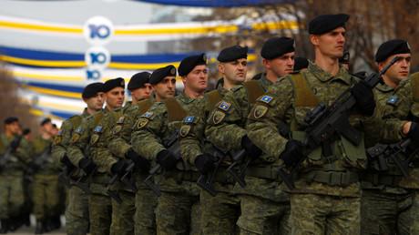 Parade der Kosovo-Sicherheitskräfte in Pristina anlässlich der Feierlichkeiten zum 10. Jahrestag der selbst ausgerufenen Unabhängigkeit der abtrünnigen serbischen Provinz. Sie sollen nun in eine Armee umgewandelt werden.