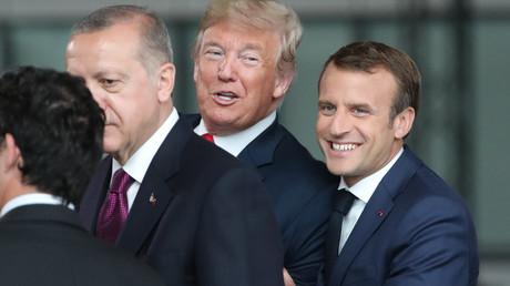 Frankreichs Präsident Emmanuel Macron, US-Präsident Donald Trump, der türkische Präsident Recep Tayyip Erdogan bei ihrer Ankunft zum NATO-Gipfel (North Atlantic Treaty Organization) im NATO-Hauptquartier in Brüssel. 11. Juli 2018.