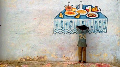 Ein hungerndes somalisches Kind lehnt an einer Mauer im Hafen von Mogadishou.