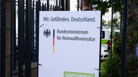 Plakat am Sicherheitszaun des Bundesministeriums der Verteidigung, 29. Juli 2020, Berlin.