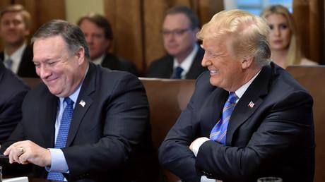 US-Präsident Donald Trump lacht mit Außenminister Mike Pompeo während einer Kabinettssitzung im Weißen Haus in Washington, D. C. 18. Juli 2018
