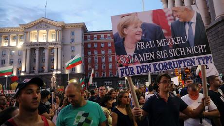 Teilnehmer einer Anti-Regierungs-Demonstration am 29. Juli 2020 in Sofia. Ein Mann hält ein Plakat hoch, auf dem in deutscher Sprache geschrieben steht: