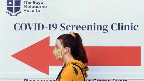 Eine Frau vor dem Corona-Test-Zentrum am Royal Melbourne Hospital in Melbourne
