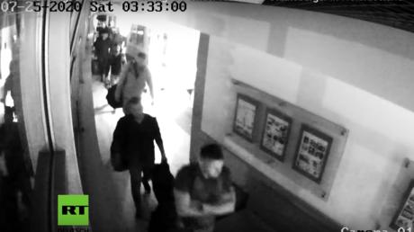 Fragment eines Überwachungsvideos, das das Eintreffen der russischen Bürger in einem Hotel in Minsk am 25. Juli dokumentiert