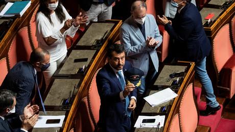 Ex-Innenminister Matteo Salvini hält eine Kopfbedeckung der italienischen Küstenwache während der Anhörung zu seiner Immunität im Oberhaus des Parlaments am 30. Juli 2020.