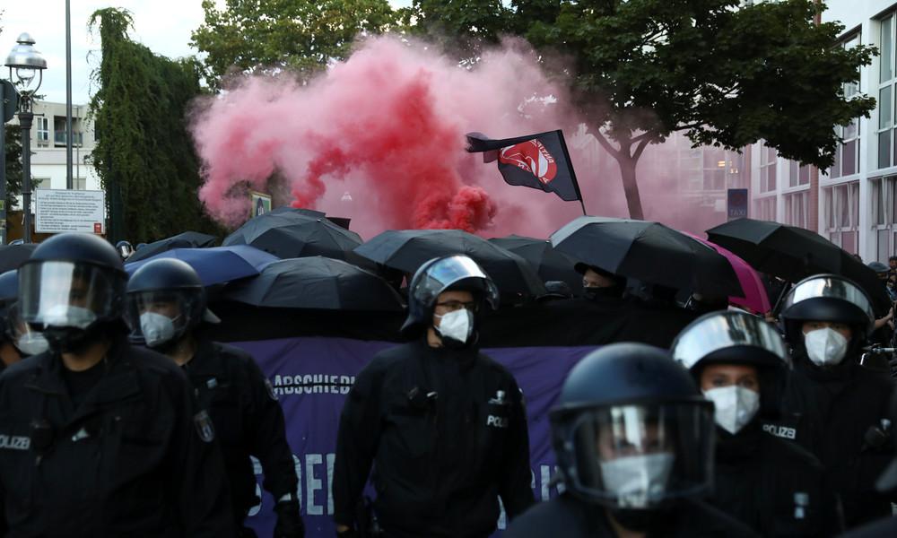 Berlin: Ausschreitungen zwischen Polizei und Demonstranten wegen linker Szenekneipe (Video)