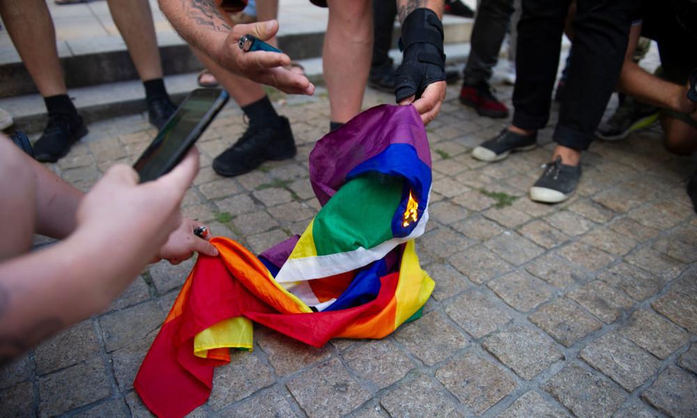 76. Jahrestag Warschauer Aufstand: Polnische Nationalisten  verbrennen LGBT-Fahne (Video)