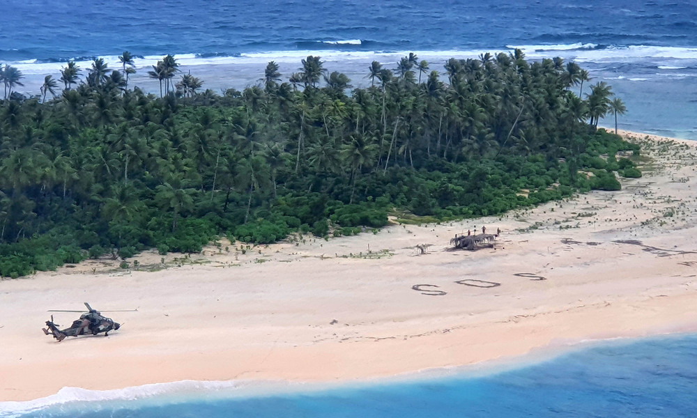 Findig in Seenot: Gestrandete Segler werden wegen riesigen SOS-Zeichens im Sand gerettet
