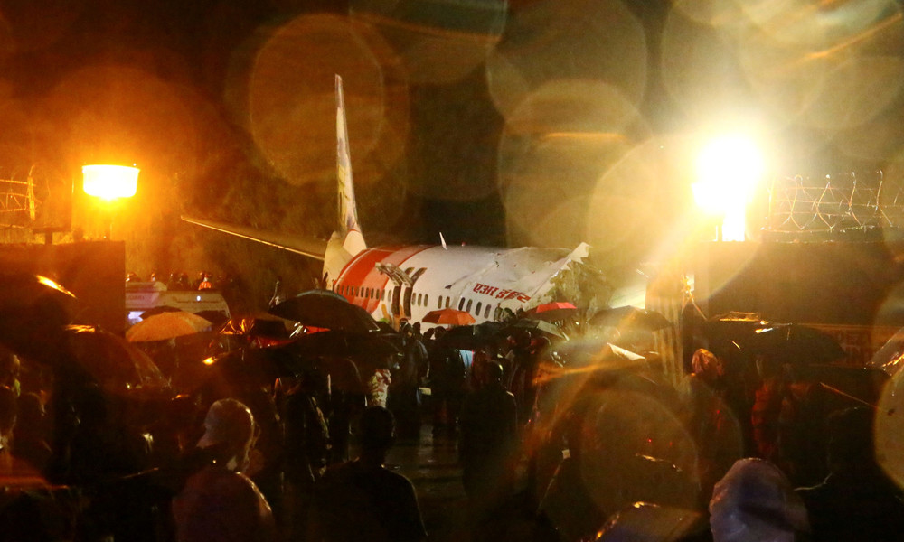 Mindestens 18 Tote bei Bruchlandung eines Flugzeugs in Indien